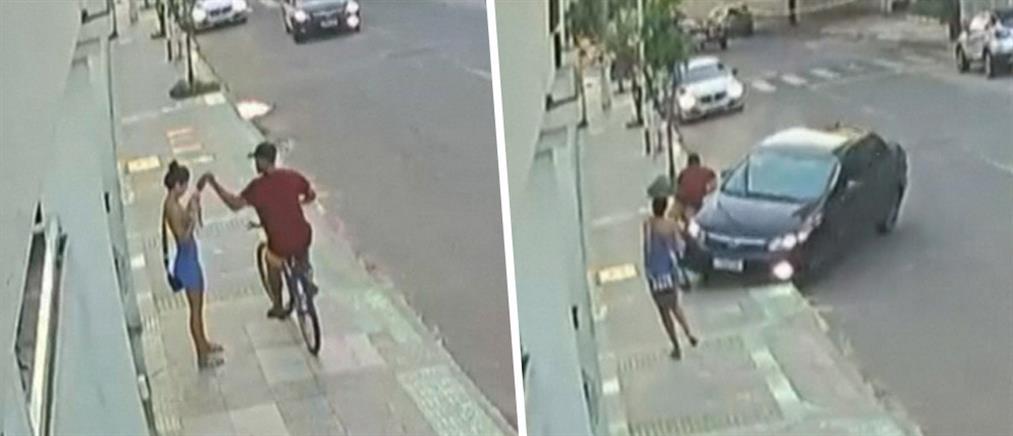 Στρίμωξε τσαντάκια με το αυτοκίνητο (βίντεο)