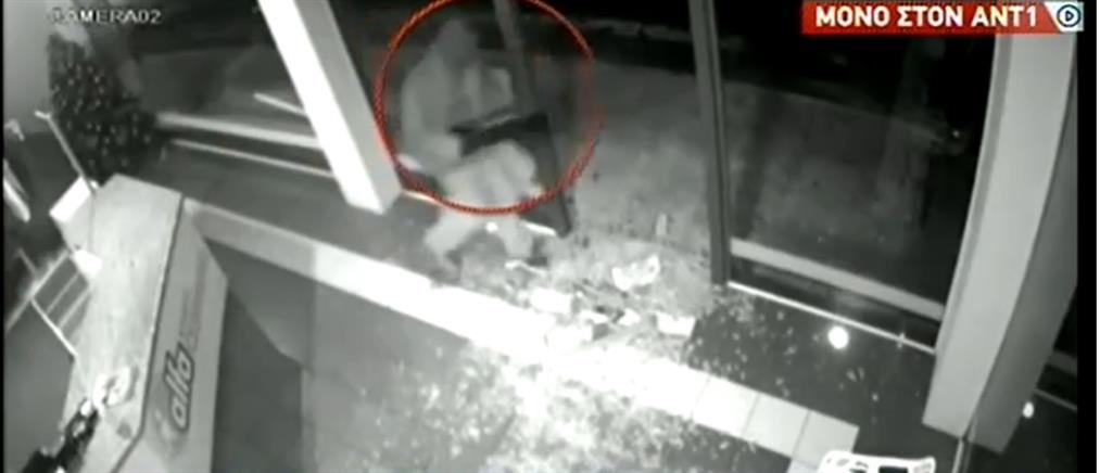 Κορωπί: βίντεο - ντοκουμέντο από την εισβολή διαρρήκτη σε μαγαζιά (βίντεο)