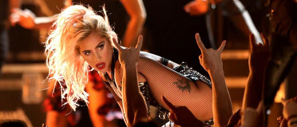 """Βίντεο: """"Επική"""" τούμπα της Lady Gaga από τη σκηνή"""