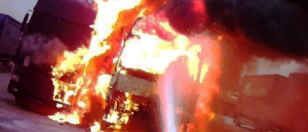 Στις φλόγες φορτηγό μετά από ανατροπή στην Αττική Οδό