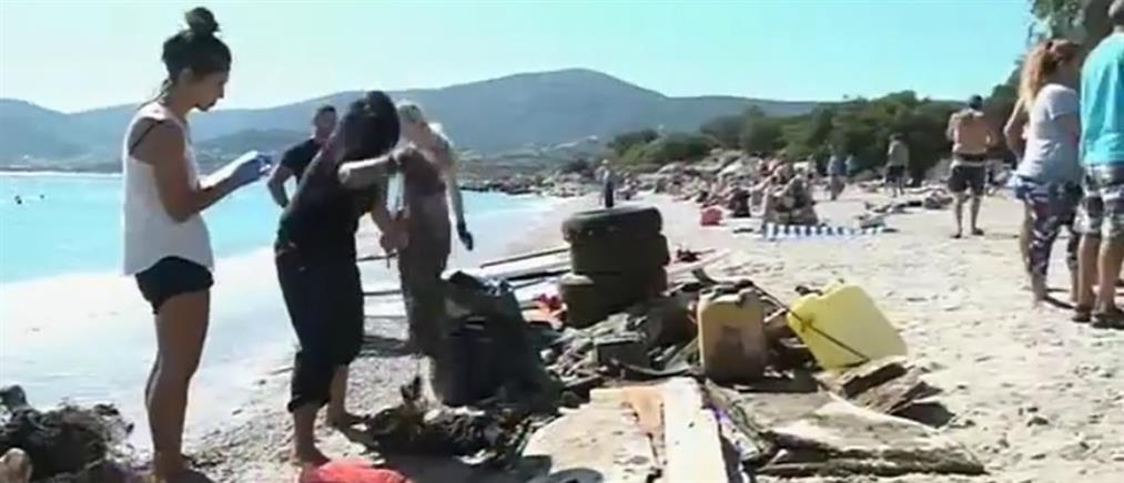 Εθελοντές καθάρισαν τα σκουπίδια σε παραλία του Πόρτο Ράφτη (βίντεο)