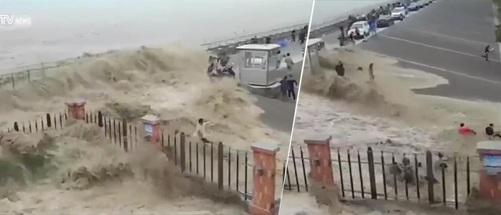 """Μανιασμένα κύματα """"καταπίνουν"""" δεκάδες ανθρώπους στη στεριά (βίντεο)"""