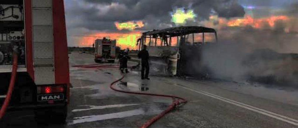 Στις φλόγες τυλίχτηκε λεωφορείο με επιβάτες (εικόνες)