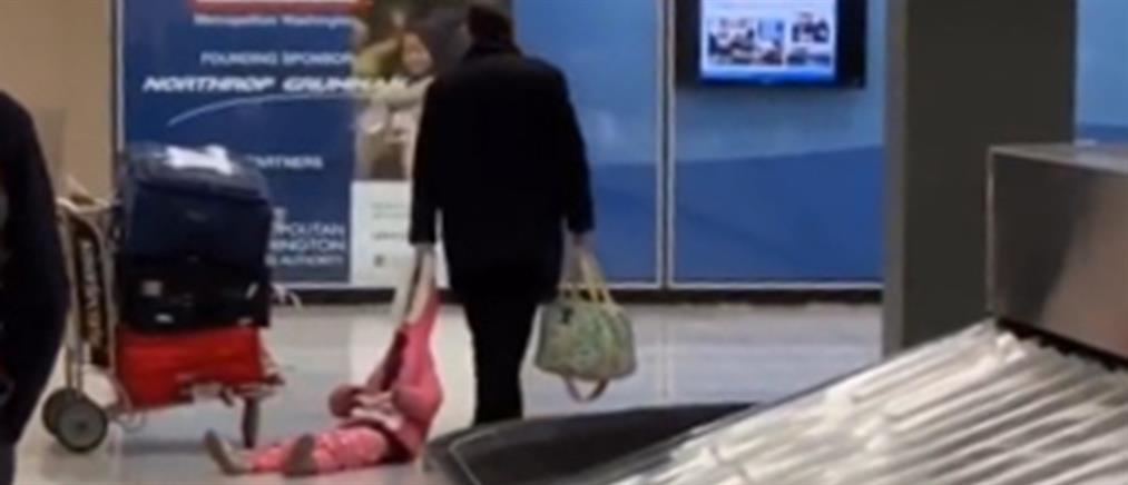 Έσερνε το παιδί του από κουκούλα για να προλάβει την πτήση (βίντεο)