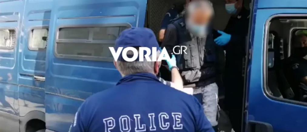 Επίθεση με τσεκούρι στη ΔΟΥ Κοζάνης: Αποδοκίμασαν τον δράστη στο δικαστήριο (εικόνες)