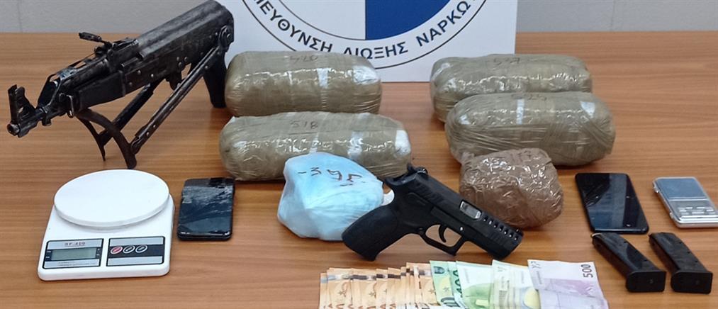 Χειροπέδες σε έμπορο ναρκωτικών με καλάσνικοφ (εικόνες)
