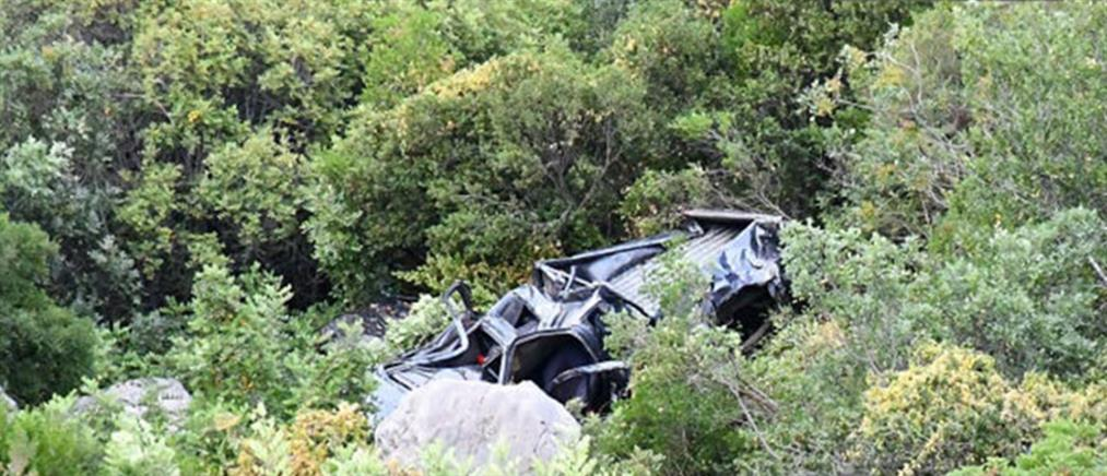 Αυτοκίνητο έπεσε σε γκρεμό 100 μέτρων (εικόνες)