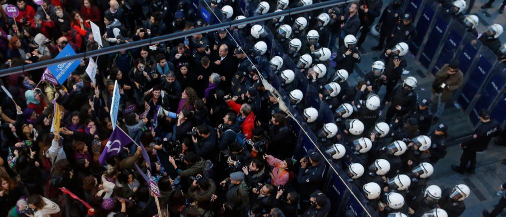 """""""Πνίγηκε"""" στα δακρυγόνα η πορεία, στην Τουρκία, για τη βία κατά των γυναικών"""