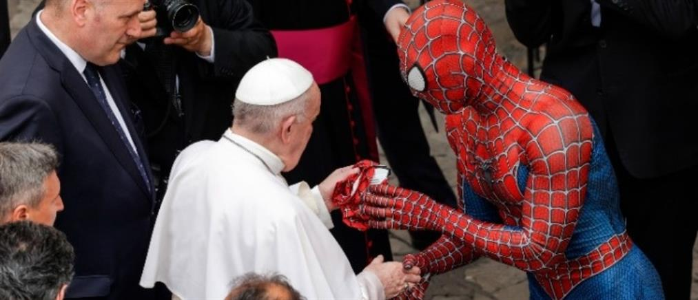 """Πάπας Φραγκίσκος και """"Spider-man"""" συναντήθηκαν στο Βατικανό"""