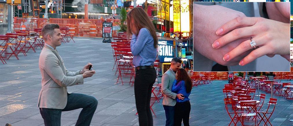 Έκλεισε την Times Square και ζήτησε το χέρι μίας Ελληνίδας