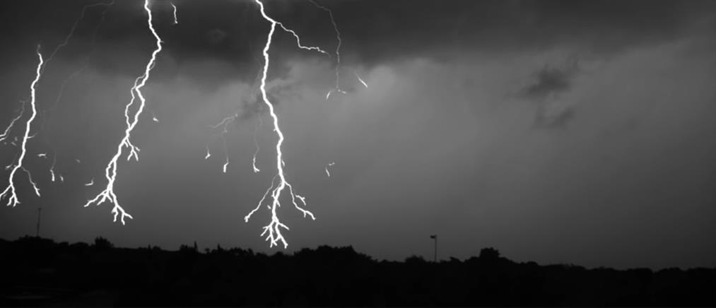 Εντυπωσιακό βίντεο: Η στιγμή που κεραυνός σκάει σε πυλώνα της ΔΕΗ