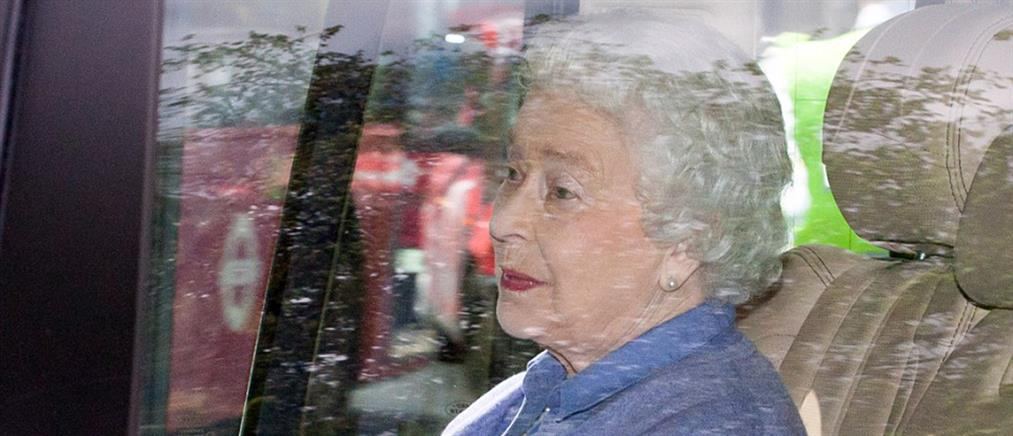Η Βασίλισσα Ελισάβετ κράτησε στην αγκαλιά της την πριγκίπισσα Σάρλοτ