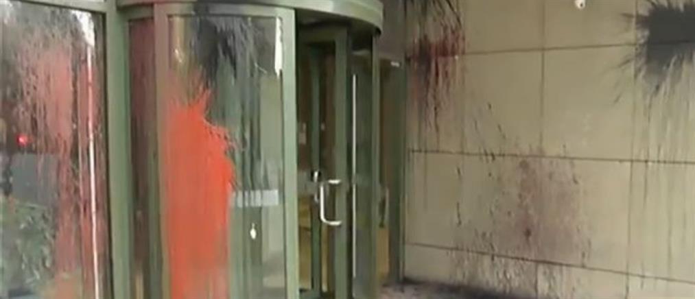 Επίθεση με μπογιές στο Υπουργείο Ανάπτυξης
