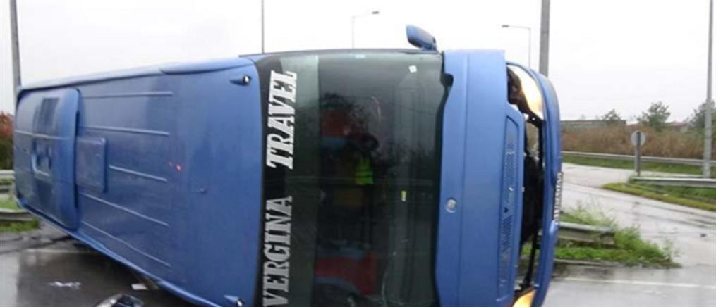 Ανατροπή τουριστικού λεωφορείου στη Βέροια (εικόνες)