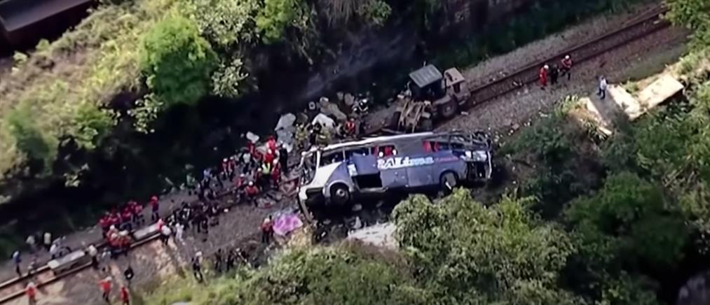 Φονική πτώση λεωφορείου από γέφυρα (εικόνες)