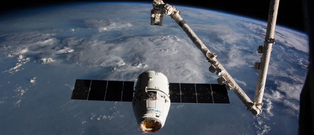 """Το Dragon της SpaceX """"έδεσε"""" στον Διεθνή Διαστημικό Σταθμό"""