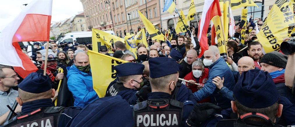 Πολωνία: Επεισοδιακή διαδήλωση για την επαναλειτουργία των επιχειρήσεων (βίντεο)