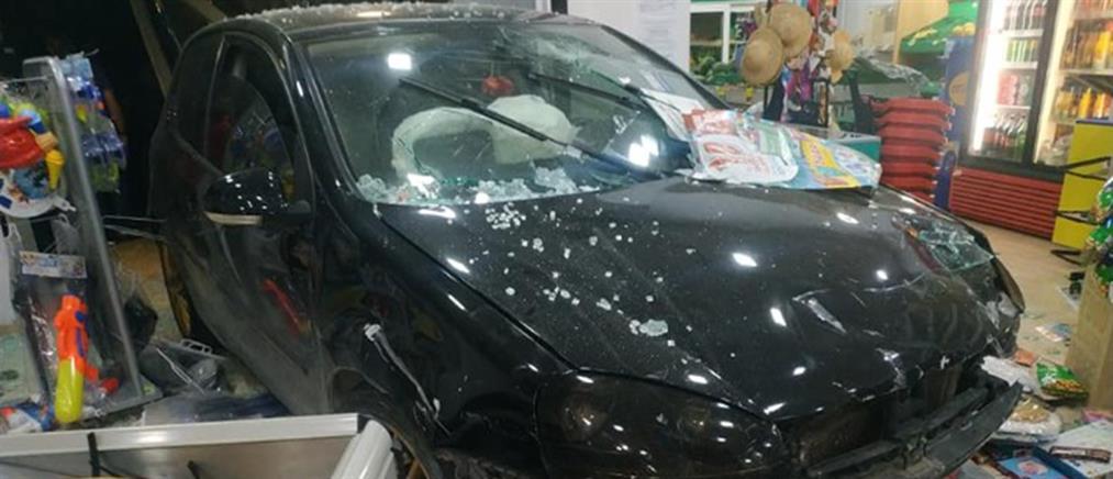 """Αυτοκίνητο """"καρφώθηκε"""" σε σούπερ μάρκετ (εικόνες)"""