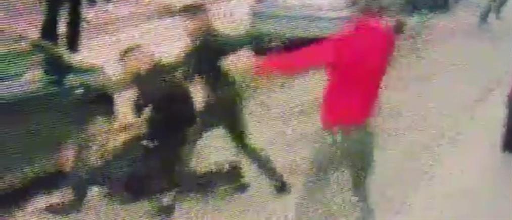 Καρέ-καρέ η επίθεση μπράβων σε αστυνομικό (βίντεο)