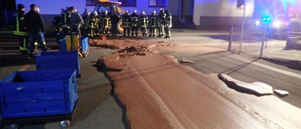 Γέμισε ο δρόμος… σοκολάτα – Πυροσβέστες την μάζευαν με φτυάρια