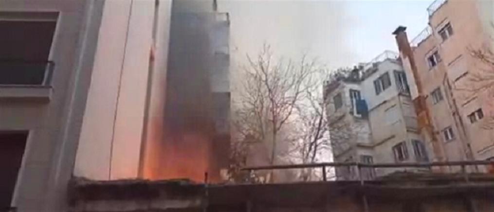 Επέτειος Γρηγορόπουλου: Φωτιά σε εγκαταλελειμμένο κτήριο στα Εξάρχεια (βίντεο)