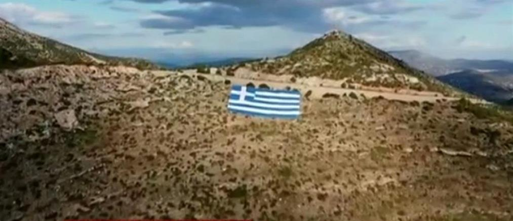 Γιγαντιαία ελληνική σημαία στον Υμηττό (βίντεο)