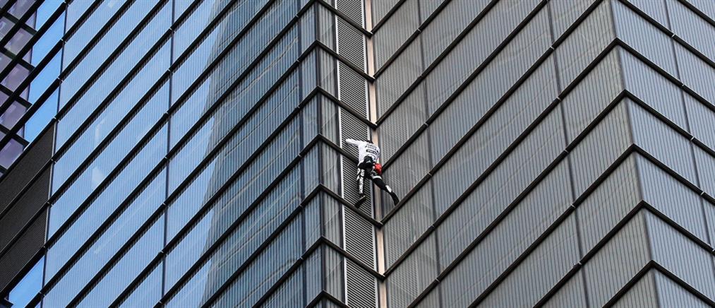 Βίντεο που κόβει την ανάσα: Σκαρφάλωσε σε ουρανοξύστη σαν… Spiderman