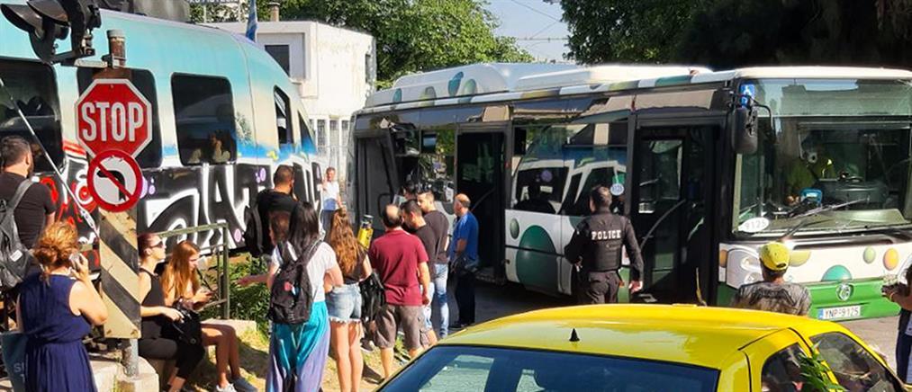 Συρμός του προαστιακού συγκρούστηκε με λεωφορείο στην Λιοσίων