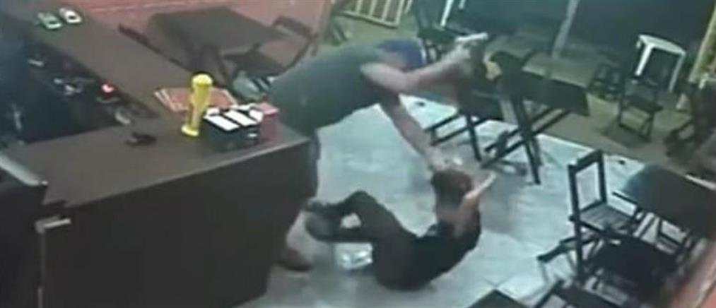 """Αστυνομικός """"σάπισε στο ξύλο"""" εργαζόμενη γιατί του έβαλε σος στο χάμπουργκερ! (εικόνες)"""