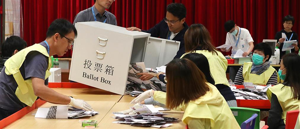 Χονγκ Κονγκ: μεγάλη νίκη των δημοκρατικών δυνάμεων