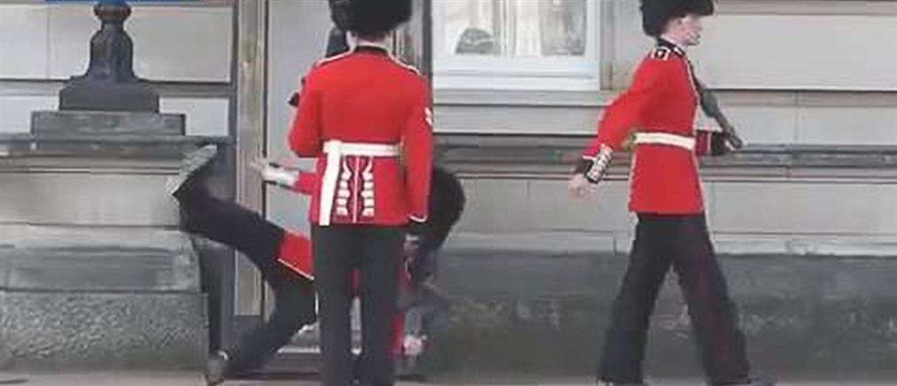 Επική τούμπα φρουρού του Μπάκιγχαμ (Βίντεο)
