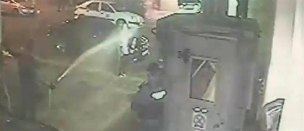 Βίντεο-ντοκουμέντο: Αστυνομικοί καταβρέχουν με μάνικα γυναίκα που περνά έξω από Τμήμα