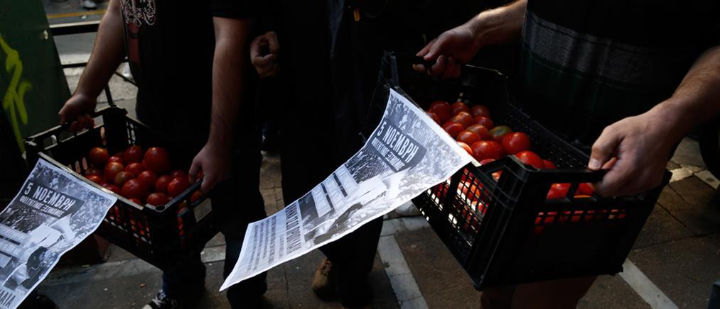 Ντομάτες άφησαν οι φοιτητές στο Εργασίας (ΦΩΤΟ)