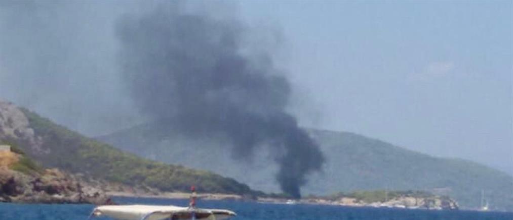 Φωτιά σε σκάφος στην Αίγινα (εικόνες)