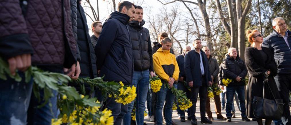 Θρήνος στην κηδεία του 28χρονου οπαδού (εικόνες)