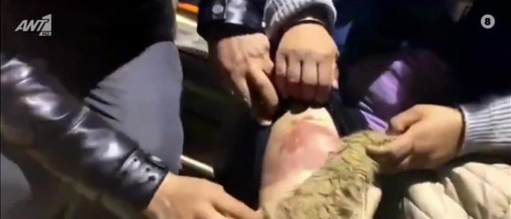 Τουρκική προπαγάνδα με μετανάστες που καταγγέλλουν επίθεση από Ελληνίδα αστυνομικό (βίντεο)