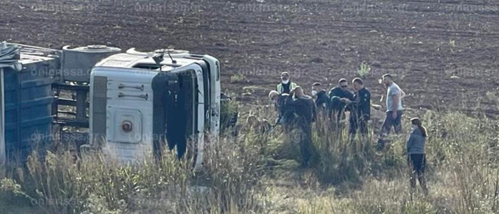 Λάρισα: Τούμπαρε φορτηγό και εγκλωβίστηκε ο οδηγός (εικόνες)