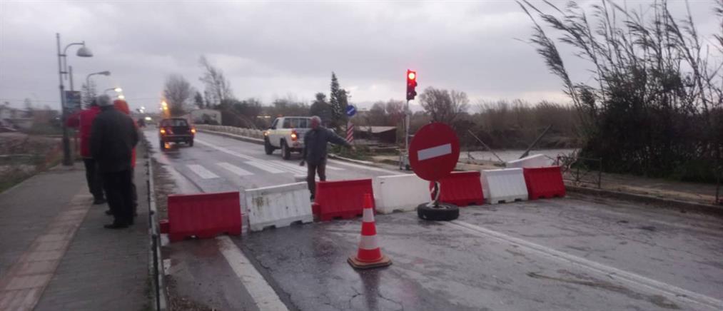"""Η κακοκαιρία """"έκλεισε"""" την στρατιωτική γέφυρα στον Πλατανιά (εικόνες)"""