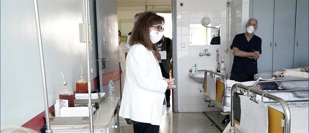 Η Σακελλαροπούλου στο ΚΑΤ: Επισκέφτηκε τους εγκαυματίες πυροσβέστες (εικόνες)