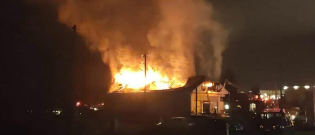Ιωάννινα: Στις φλόγες παραδόθηκε κτήριο στην εθνική οδό (βίντεο)