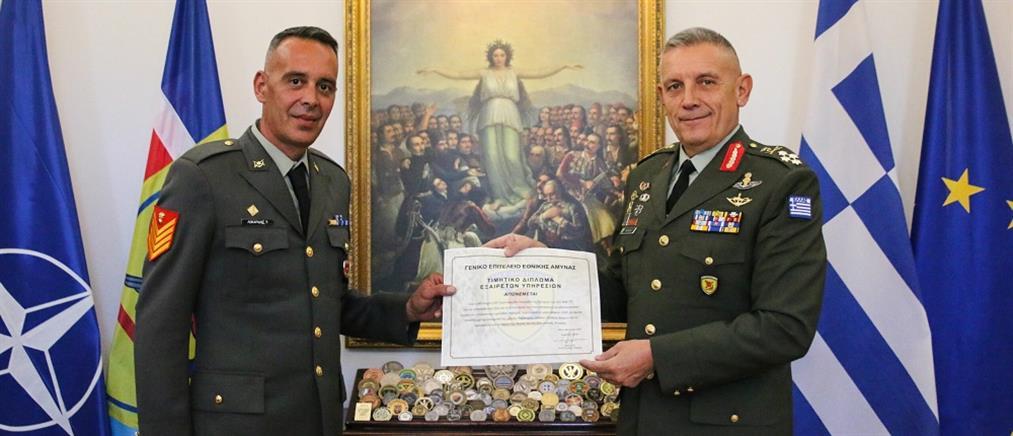 O αρχηγός ΓΕΕΘΑ βράβευσε υπαξιωματικούς για τις ενέργειές τους στον Έβρο