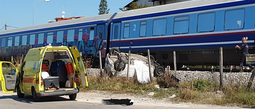 Τρένο παρέσυρε και διέλυσε αυτοκίνητο (εικόνες)