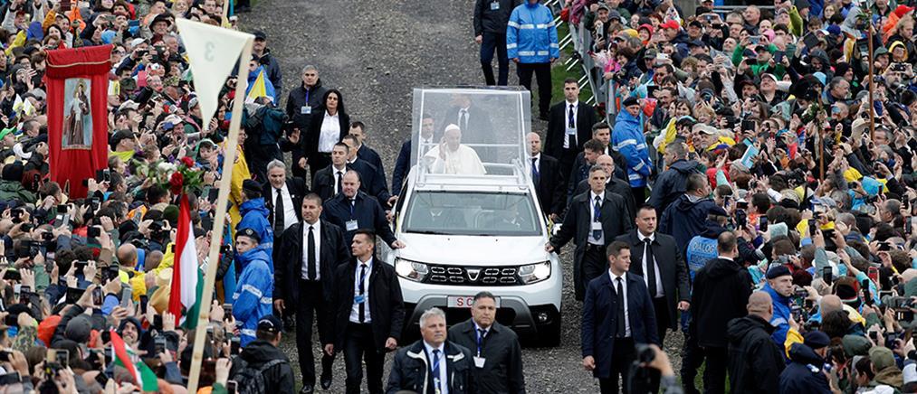 """Πάπας Φραγκίσκος: Ο καιρός του """"χάλασε"""" την επίσκεψη στη Ρουμανία (εικόνες)"""