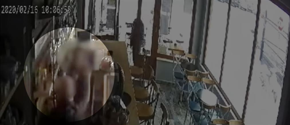 """Βίντεο – ντοκουμέντο: Πελάτης """"πλάκωσε"""" στο ξύλο ιδιοκτήτρια καφετέριας"""