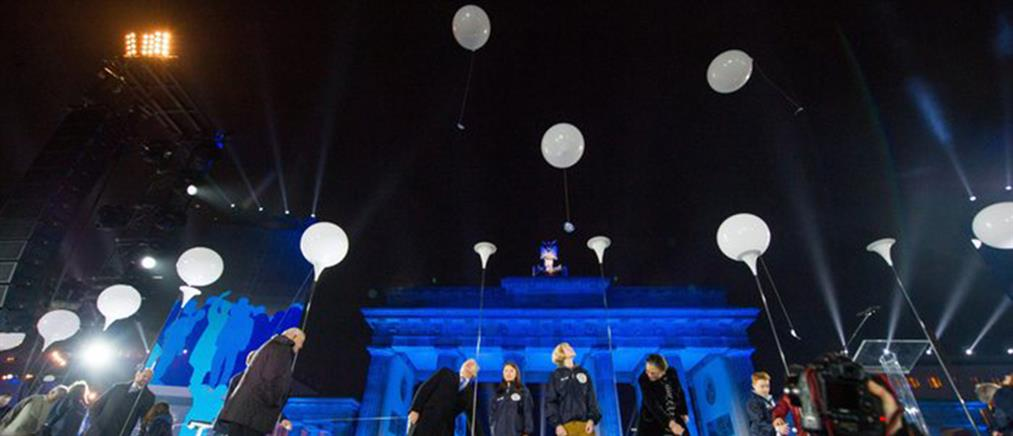 Χιλιάδες φωτισμένα μπαλόνια υψώθηκαν στο Βερολίνο