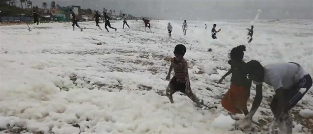 """Ινδία: """"Βρώμικο παιχνίδι"""" σε τοξικό κάλυμμα αφρού (βίντεο)"""