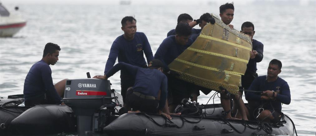 Ινδονησία: Δύτες ανασύρουν τα μαύρα κουτιά του μοιραίου αεροσκάφους