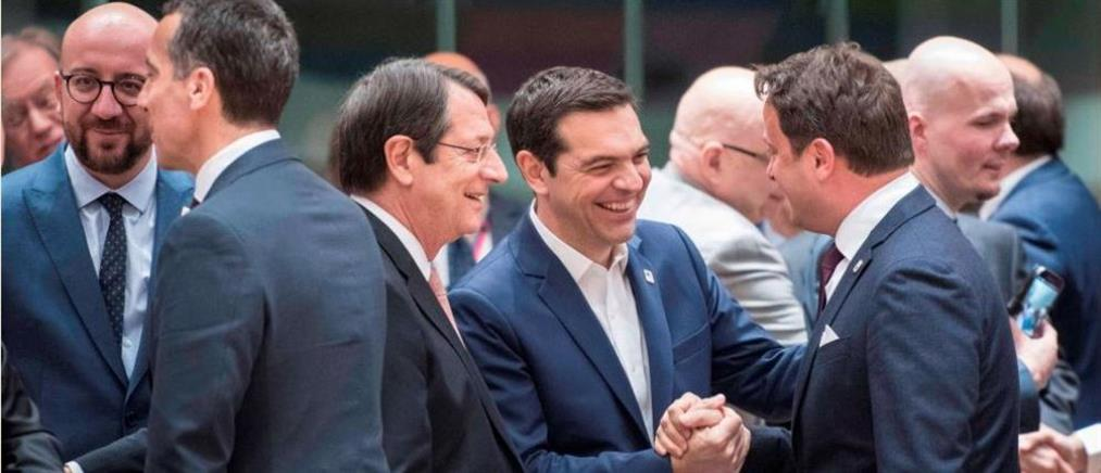 """Οι """"27"""" της ΕΕ ενέκριναν ομόφωνα τις κατευθυντήριες γραμμές για το Brexit (βίντεο)"""