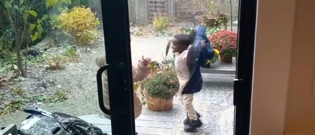 Η αντίδραση πιτσιρικάδων την πρώτη φορά που βλέπουν χιόνι (βίντεο)