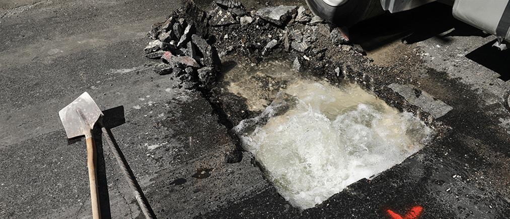 """Έσπασε αγωγός νερού, """"πλημμύρισε"""" με αυτοκίνητα η Αχαρνών"""